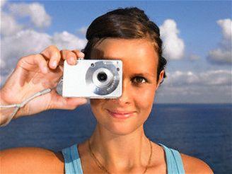 Dívka s digitálním fotoaparátem - moře